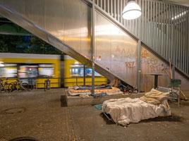 Schlaflager auf einem U-Bahnhof